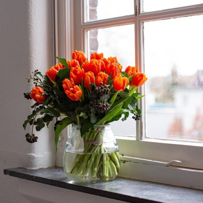 oranje tulpen in het raam bloemen bezorgen