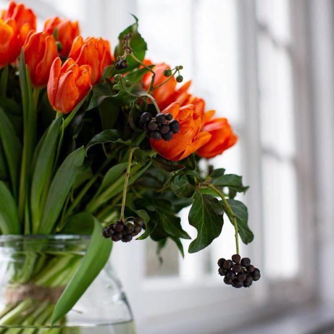 oranje tulpen in het raam close bloemen bezorgen