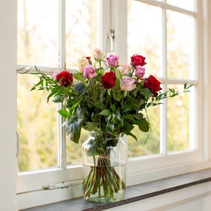 gekleurde rozen met rood raamkozijn schittering