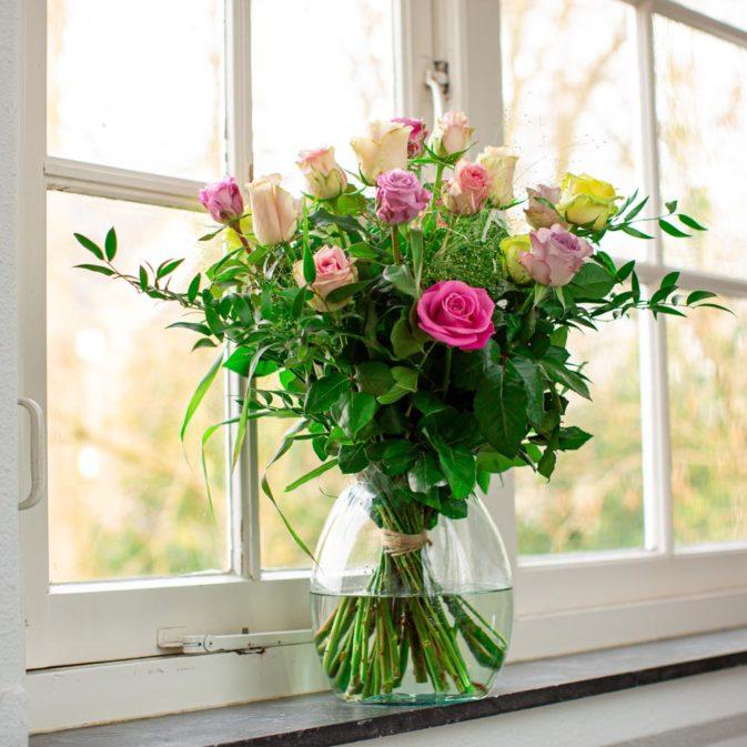 gekleurde rozen vooraanzicht raam la vie en rose