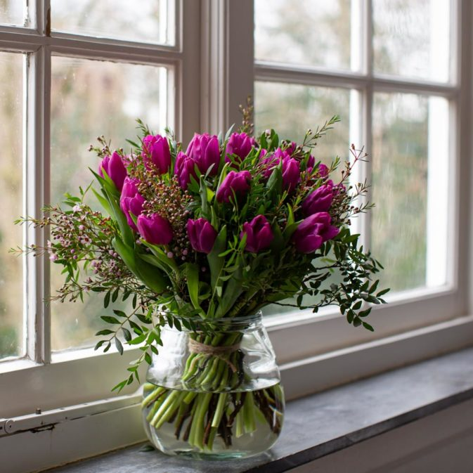 paarse tulpen in het raam bloemen bezorgen