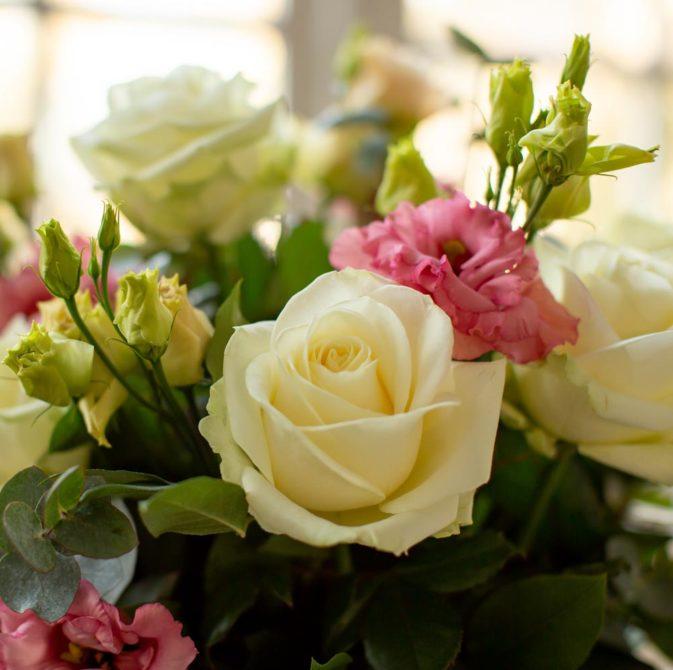 pastel kleurige rozen in het raam dromenvanger 1