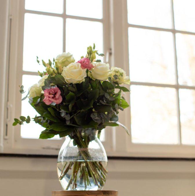 pastel kleurige rozen in het raam dromenvanger
