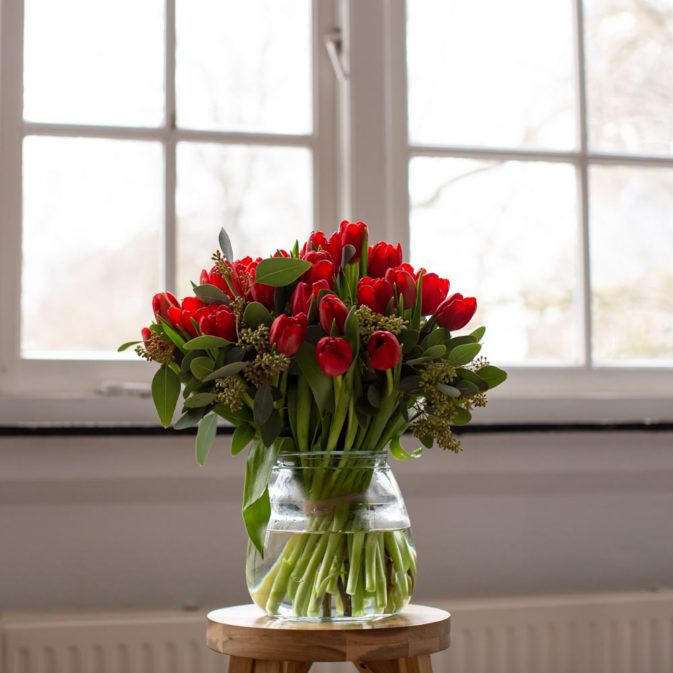 rode tulpen in het raam bloemen bezorgen