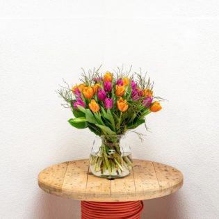 oranje met paarse tulpen vooraanzicht vier de lente bloemen bezorgen