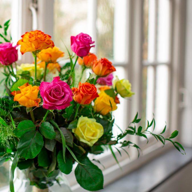 gekleurde rozen in het raam romanticus 1