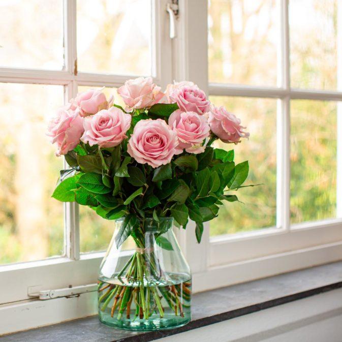 lichtroze rozen raam